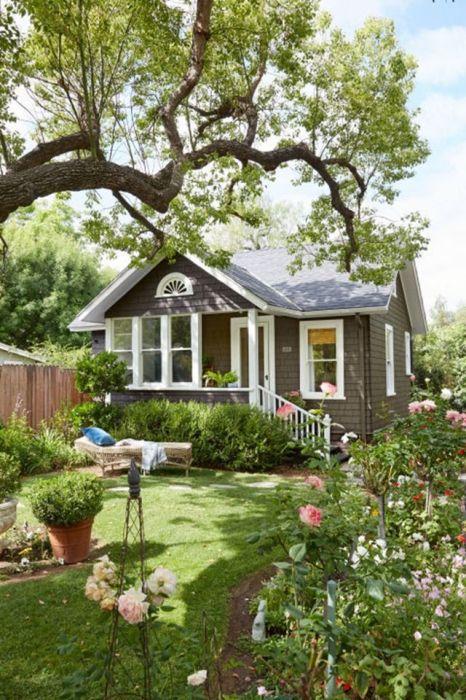 Оригинальный проект небольшого уютного дачного домика, который построен из натуральных материалов.
