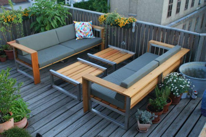 Комплект садовой мебели, которая изготовлена из прочной нержавеющей стали и дорогой древесины.