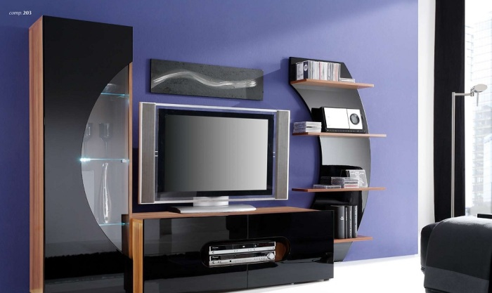 Отличное сочетание современных технологий и ярких цветов в зоне для просмотра телевизора.