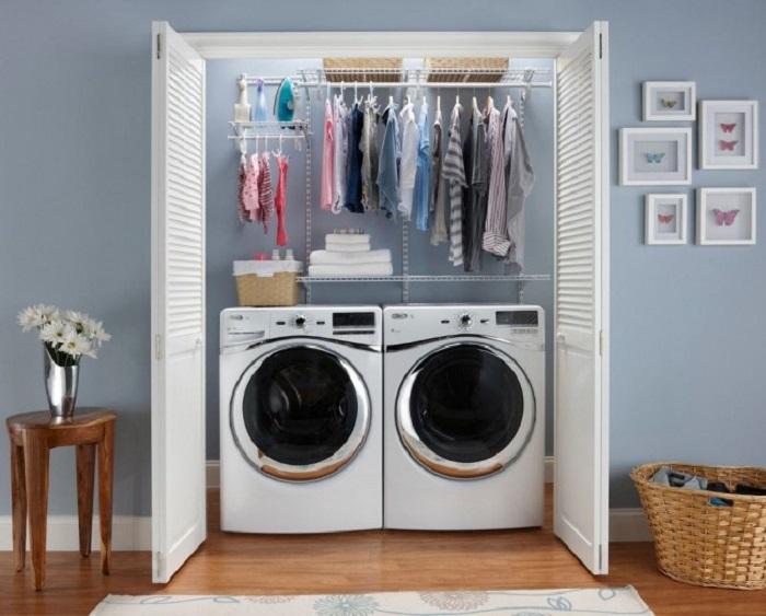 Небольшая кладовая позволит расположить в ней стиральную машинку.