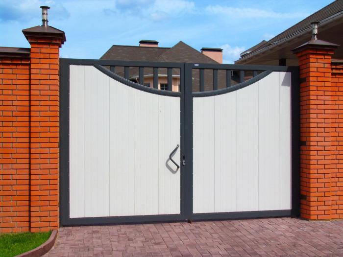 Типовые современные металлические ворота для загородного дома.
