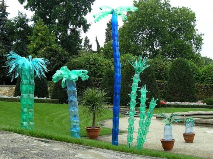 Декоративные пальмы, созданные из пластиковой тары и бутылок разной формы.