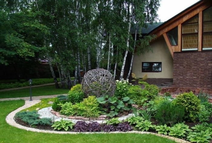 Садовые дорожки, пышные растение и малые архитектурные формы являются неотъемлемой частью любого ландшафтного дизайна