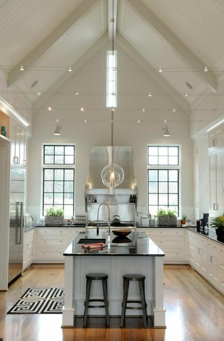 Теплый и уютный интерьер современной кухни с элементами альпийского стиля.
