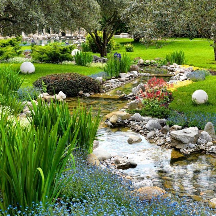 Декоративный водоем, который отлично имитируют природную экосистему.