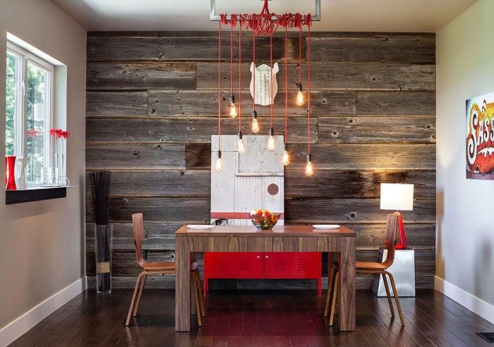 Деревянная отделка стены в помещении сможет оживить его и задать особый настрой всему интерьеру.