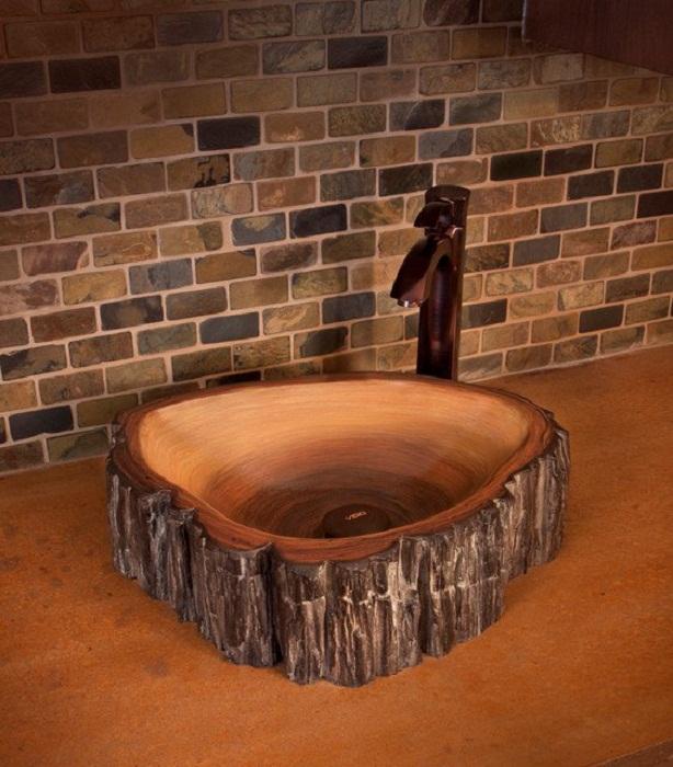 Декоративная раковина из темной породы древесины.