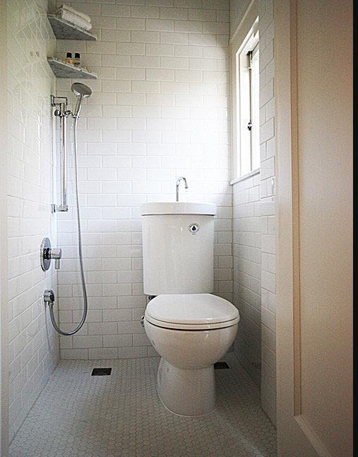 Обычно туалетная комната в малогабаритной квартире не может похвастаться большой площадью, тем не менее, она может быть оригинальной и по-настоящему стильной.