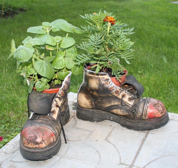 Кашпо в форме ботинок, которые поражают своей красотой и оригинальностью.