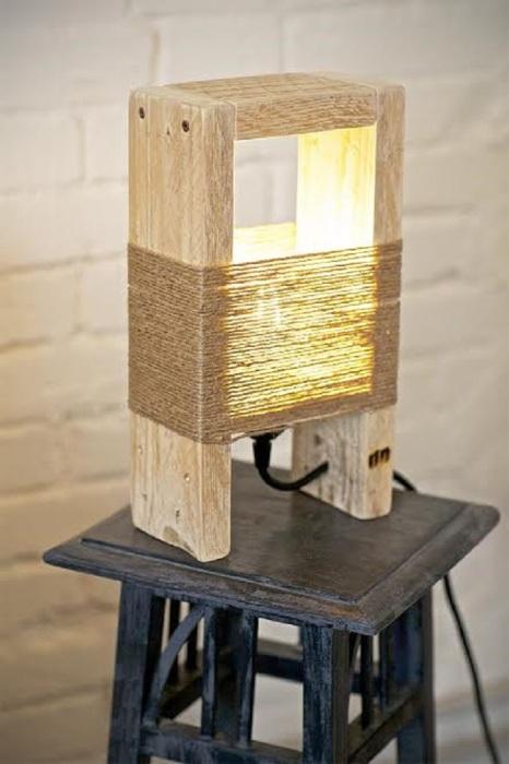 П-образный светильник, сделанный из деревянных реек и обтянутый плотной ниткой из льна.