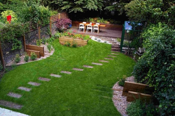 Прочная ограда для одной или нескольких клумб небольшой высоты может получится из массивных деревянных досок.