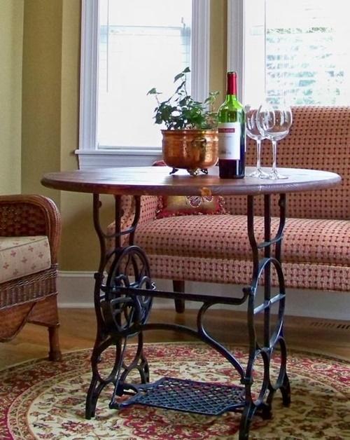 Оригинальное решение для дома – журнальный столик с шикарным кованым основанием.