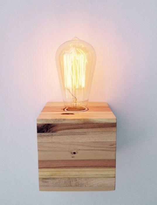 Маленький настенный светильник, который можно создать своими руками из распила деревянного бруска.