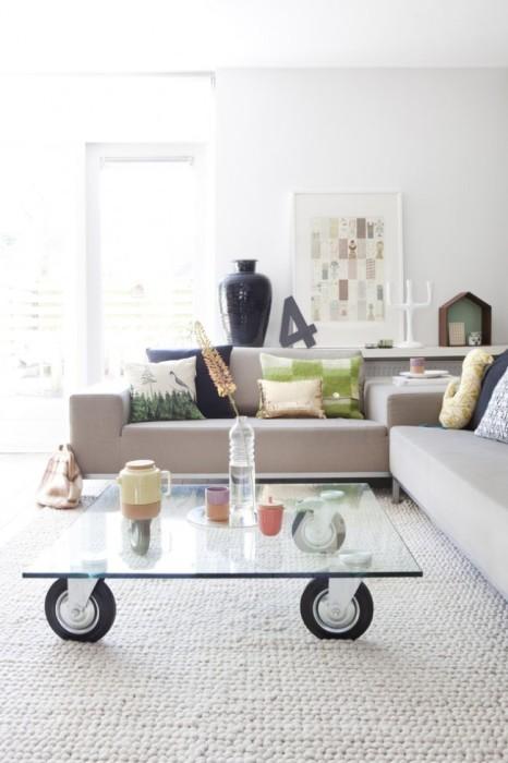 Стеклянный столик на колёсиках достаточно практичен и удобен в применении.