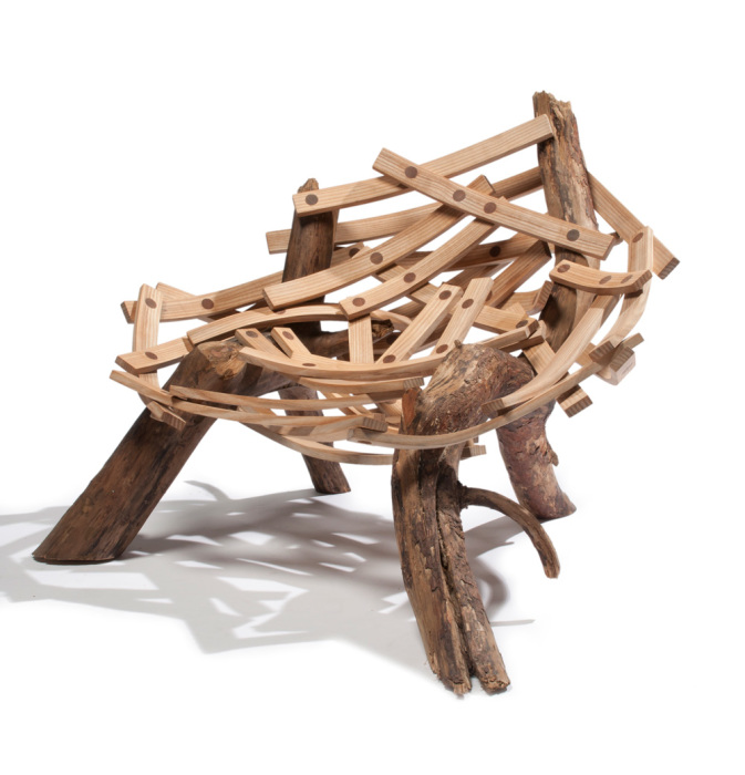 Из коряг и обработанных деревянных пластин можно соорудить необычный стул.