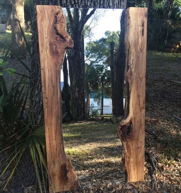Оригинальное зеркало в рамке из натуральной необработанной древесины, которое отлично подойдёт для любителей кантри стиля.