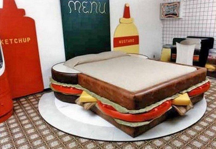 Удобная кровать в виде сэндвича, которую можно разместить в центре комнаты, что сделает её еще более заметной.