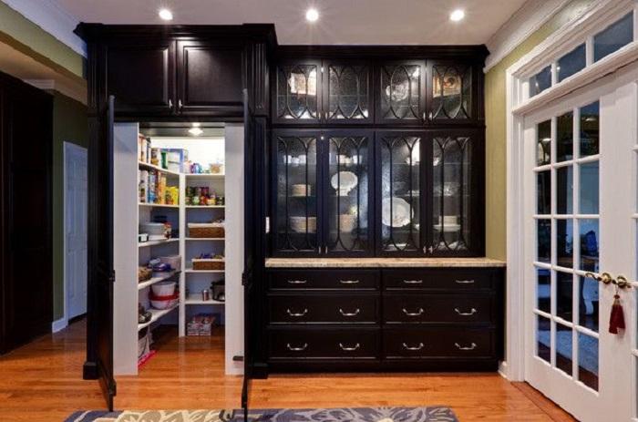 Кладовая, расположенная за мебельной стенкой поможет разгрузить комнату.