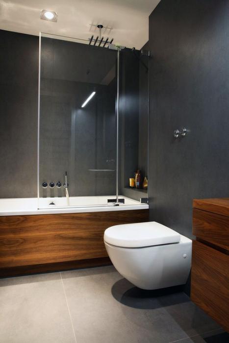 Небольшая ванная комната, в которой преобладает строгий мужской стиль.