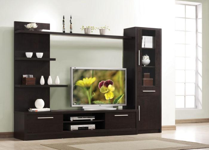 Модульная мебель из темной породы древесины для телевизора.
