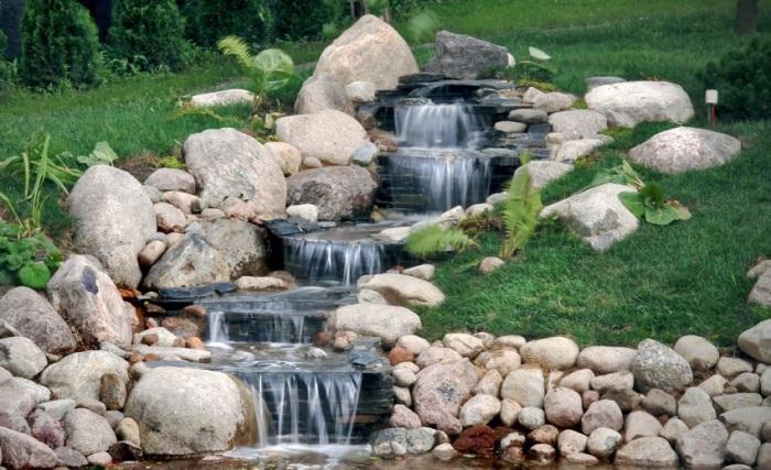 Каскадный водопад, сложенный из камней разной формы.