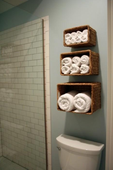 Плетенные корзины легко закрепить на стене вместо обычных деревянных полок.