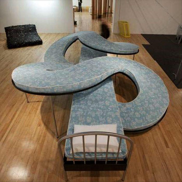 Дизайнерская кровать необычной формы для настоящих ценителей одиночества и для тех, кто всегда любит спать в одном положении.