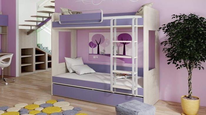 Двухъярусная кровать, гармонично вписанная в классический интерьер спальной комнаты.