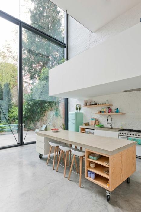 Кухня в стиле модерн с множеством деревянных элементов и интересными стульями необычной формы.