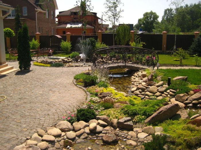 Пруды и искусственные водоемы способны значительно приукрасить и освежить садовый участок.
