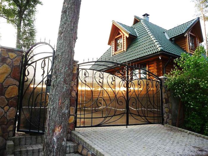 Необычные кованые ворота станут настоящим украшением для загородного участка.