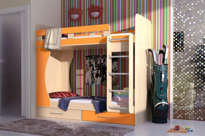 Оранжевая двухъярусная кровать в ярком интерьере детской.