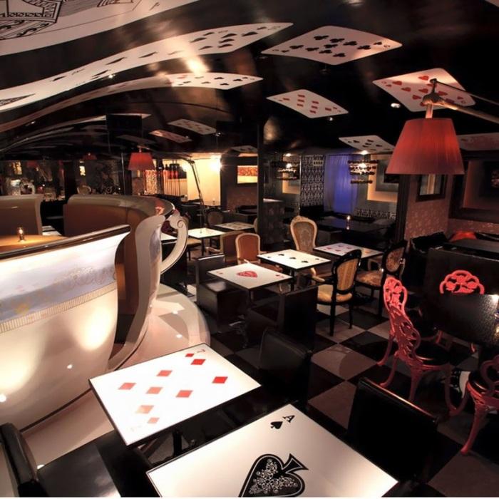 «Alice in a Labyrinth» - это удивительная аллюзия на знаменитую книгу Льюиса Кэрролла «Алиса в Стране чудес».