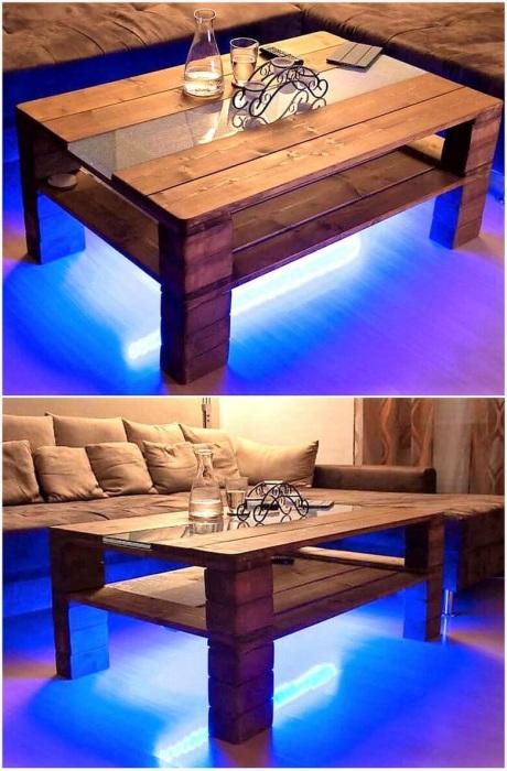 Журнальный столик из нескольких деревянных поддонов в современном стиле с применением хай-тек технологий.