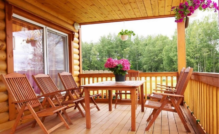 Відкрита дерев'яна веранда для заміського будинку.
