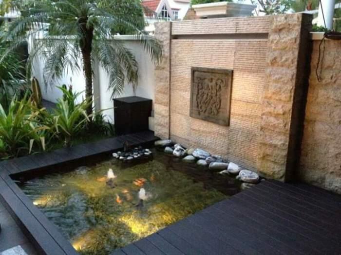 Искусственный водоем с водопадом в современном стиле.