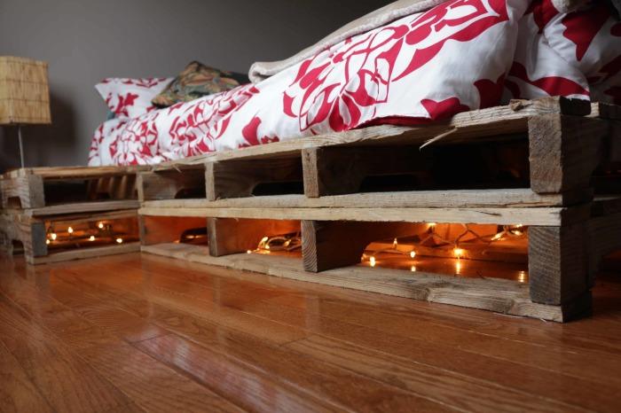 Точечные светильники, которые легко прикрепить под кроватью из деревянных поддонов.