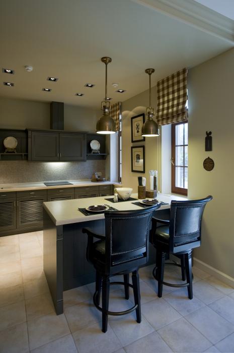 Небольшая кухня с функциональными навесными шкафчиками и современным интерьером.