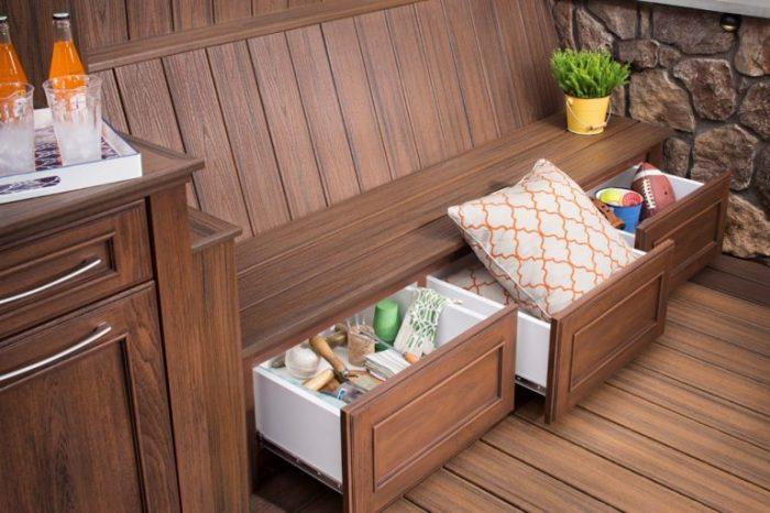 Комплект садовой деревянной мебели, которая включает в себя удобную лавочку с тремя шкафчиками и компактную тумбочку, которую можно использовать в качестве журнального столика.