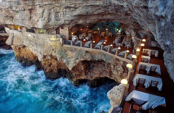 Один из самых популярных итальянских ресторанов, расположенный внутри скалистой пещеры.