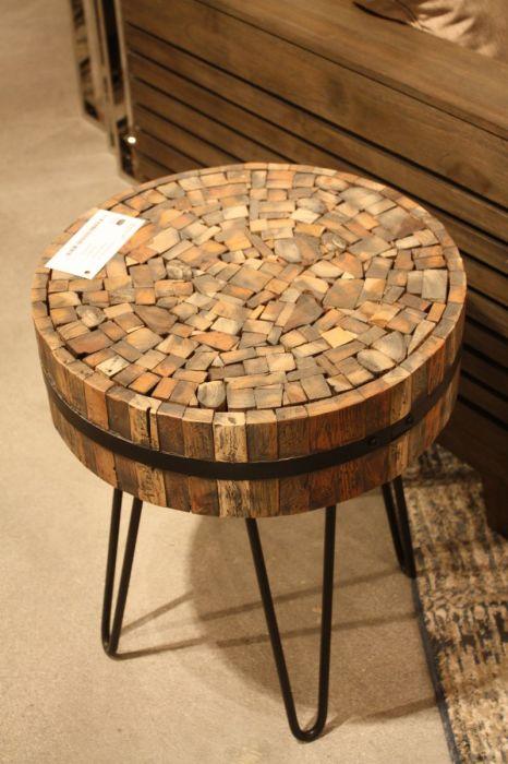 Необычный стул, сделанный из спилов деревянных брусьев в гостиной комнате.