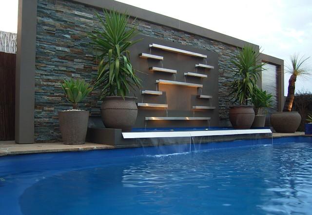 Настенный водопад, совмещенный с бассейном.