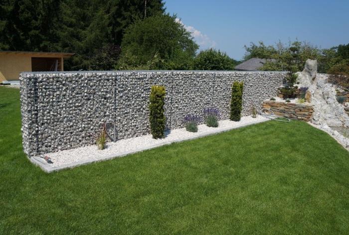 Габионные ограждения органично вписываются в остальную композицию ландшафтного дизайна.