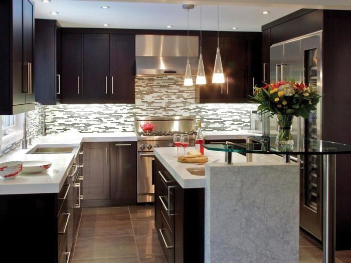 Маленькая кухня в малогабаритной квартире - не проблема, если грамотно использовать любое свободное пространство, современное освещение и классические природные материалы.