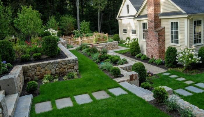 Современный искусственный газон и ландшафтный дизайн дорожки позволит добавить максимум простоты и оригинальности вашему дачному участку.