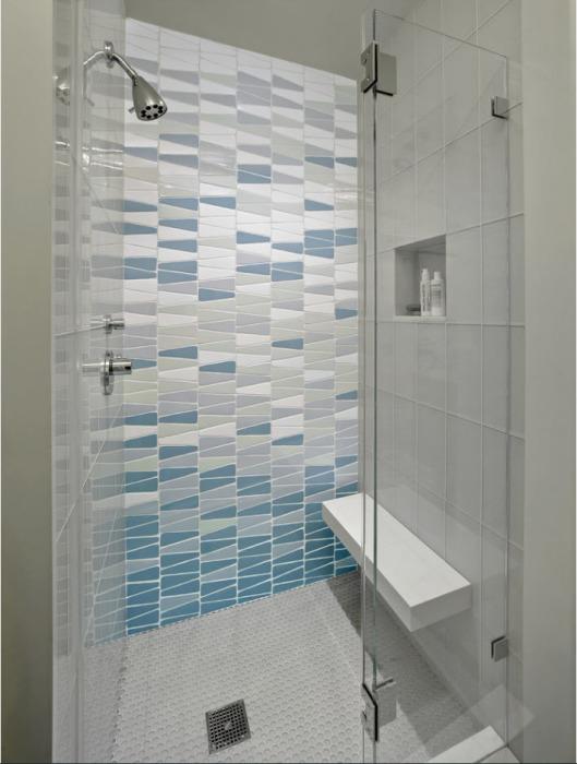 Треугольное плиточное покрытие в интерьере ванной комнаты, которое создаёт по-настоящему необычную и тёплую атмосферу.
