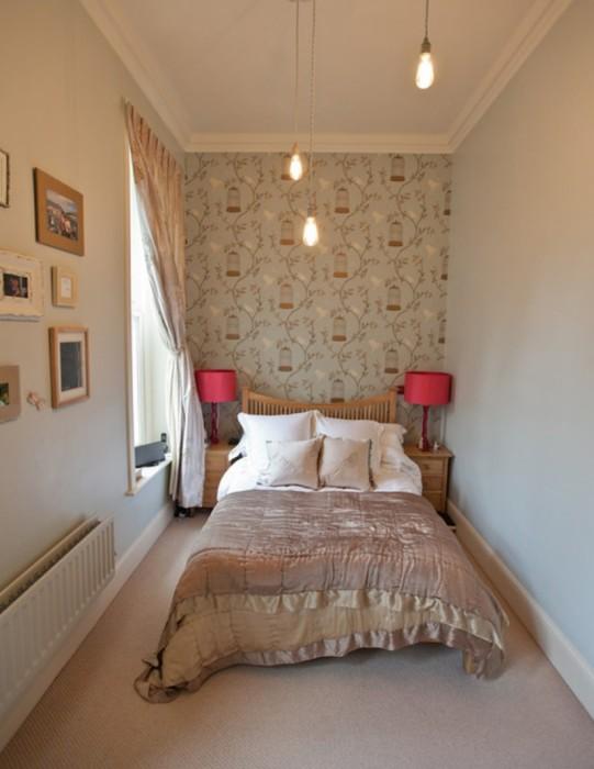 Маленькая, но уютная спальная комната, в которой едва помещается кровать.
