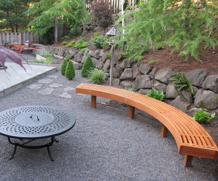 Простенькая полукруглая скамейка, которую можно построить из деревянных досок.