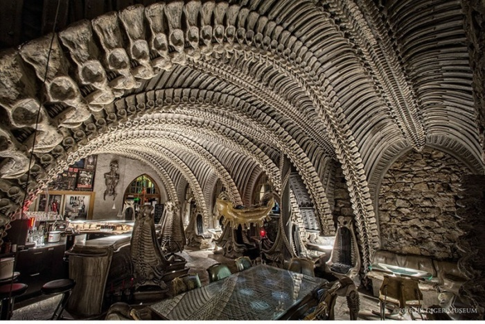 Научно-фантастический фильм ужасов режиссёра Ридли Скотта «Чужой» вдохновил создателей этого уникального инопланетного бара в Швейцарии.