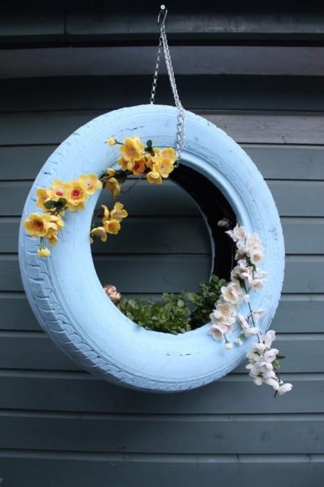 Покрашенная автомобильная шина - идеальный материал для создания подвесной цветочной клумбы.